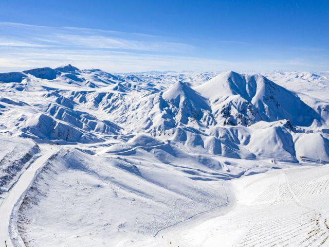 Beyaz gelinliğini giyen Erzurum dağları kar ile boran