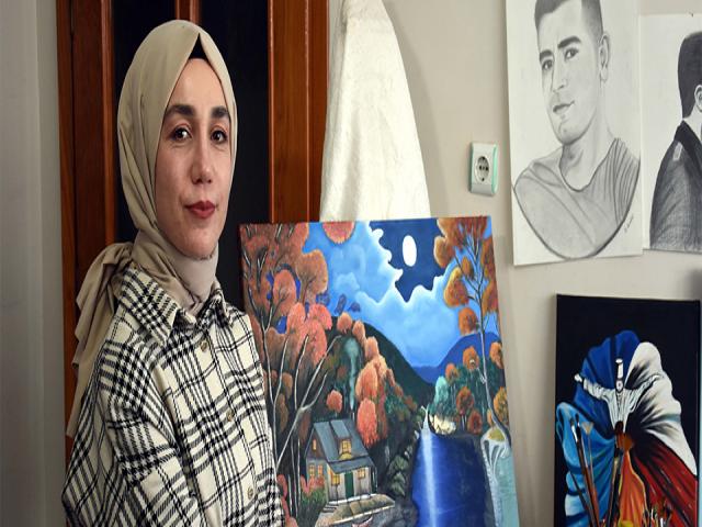 Muşlu genç kız, atölyeye dönüştürdüğü odasında yaptığı resimlerle dikkati çekiyor