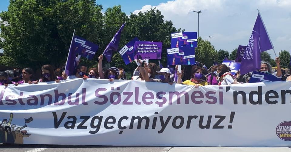 Kadınlar İstanbul Sözleşmesi için toplandı; Emel Seçen izlenimlerini yazdı
