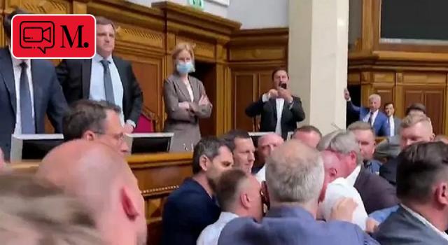 Ukrayna parlamentosunda milletvekilleri birbirine girdi