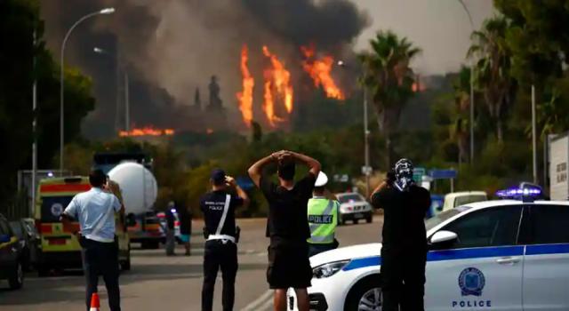 Yunanistan'da Atina çevresinde orman yangınları: 5 uçak ve 5 helikopterle müdahale edildi