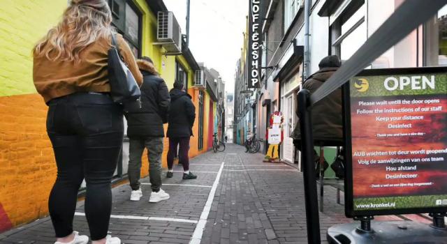 Hollanda, sosyal mesafe kuralını kaldırıyor