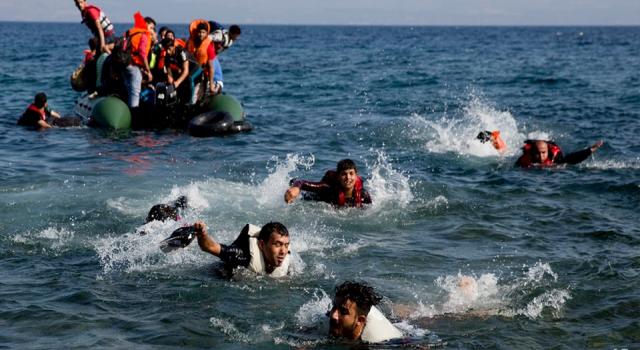 Muğla'da Türk kara sularına itilen 21 düzensiz göçmen kurtarıldı