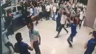 Diyarbakır'da hasta yakınları sağlık çalışanları ve polislere saldırdı