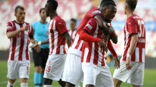 Sivasspor, bu kez sahasında ilk galibiyetini aldı: 4-0