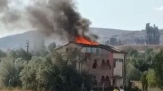 Sivas'ta metruk binanın çatısı yandı